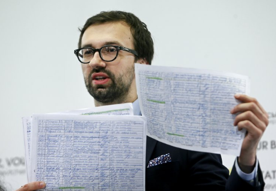 Leshchenko shows the ledger of the Party of Regions