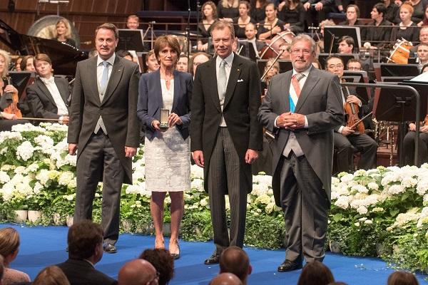 Philharmonie Luxembourg – Cérémonie officielle – Remise de l'ordre de la Couronne de chêne (chevalier) à l'association « Aide à l'enfance de l'Inde » en la personne de la présidente Liliane Ries-Leyder